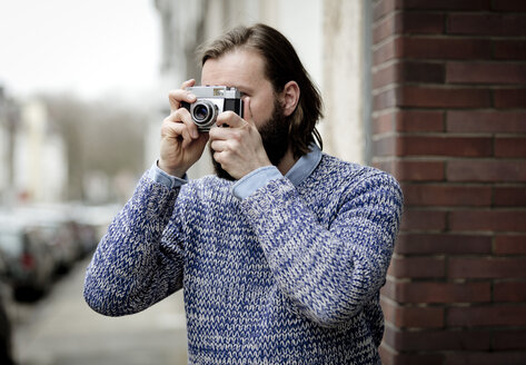 Man with beard taking pictures with old camera - FLLF00004