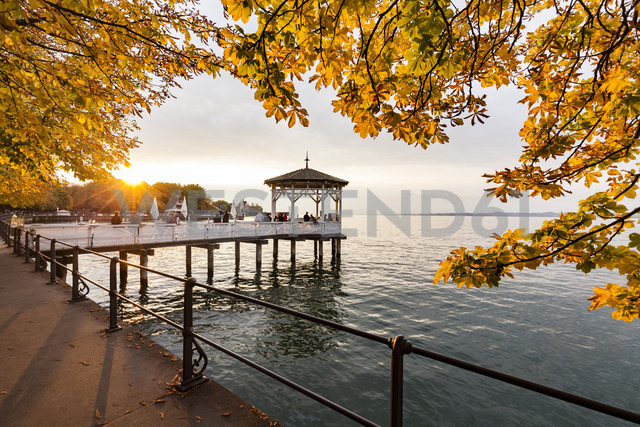 Austria, Vorarlberg, Bregenz, Lake Constance, waterfront promenade, fishing pier at sunset in autumn - WD04597 - Werner Dieterich/Westend61