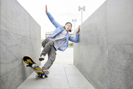 Young man skateboarding in the city - FMOF00361