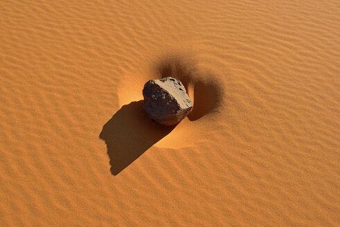 Algeria, Tassili n'Ajjer National Park, Sahara desert, ripple marks around a rock - ESF01590