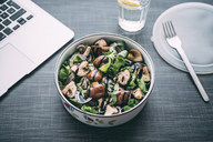 Lunch box with field salad, onions, roasted mushrooms, onions and balsamico - IPF00447