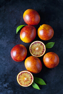 Whole and sliced blood oranges on dark ground - CSF29108