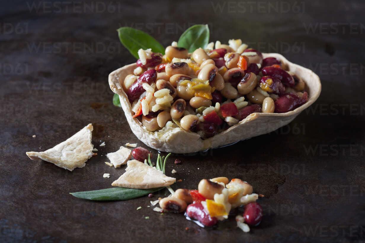 Greek bean salad in edible bowl - CSF29153 - Dieter Heinemann/Westend61