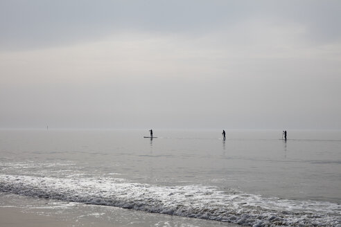 Germany, Schleswig-Holstein, Sylt, Stand up paddle surfing - WIF03510