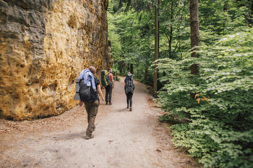 Germany, Saxony, Elbe Sandstone Mountains, friends on a hiking trip - GUSF00726