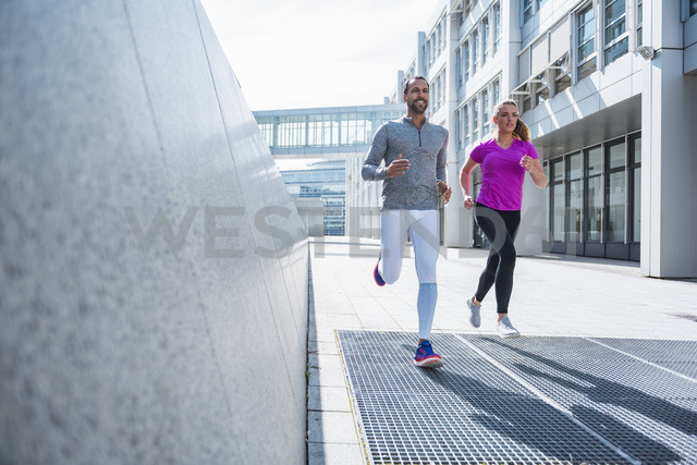 Couple running in the city - DIGF04047 - Daniel Ingold/Westend61
