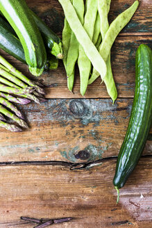 Green asparagus, zucchini, cucumber and pea pods - GIOF03921