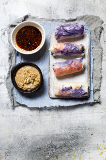 Vegan rice paper wraps (vietnamese summer rolls), filled with cabbage, carrots, bell pepper, rice noodles and dipping sauce - SBDF03577