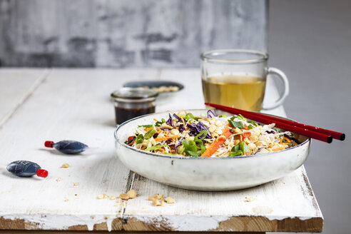 Salad with glas noodles, cabbage, carrots, bell peppers, spring onions, peanuts and hot thai dressing - SBDF03580