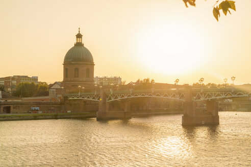 France, Haute-Garonne, Toulouse, Garonne river with Pont Saint Pierre, Museum of Medical and Chapelle Saint-Joseph de la Grave at sunset - TAMF01067