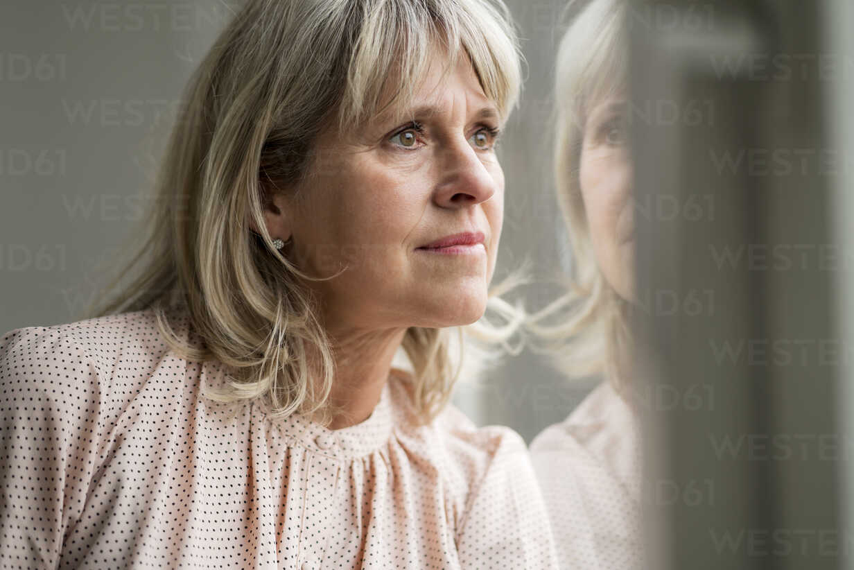 Mature woman looking out of window - HHLMF00292 - harrylidy/Westend61