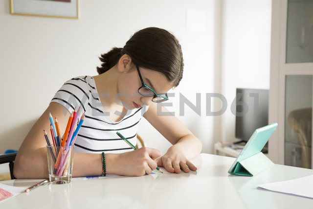 Girl drawing at home - LVF06916