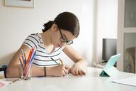 Girl drawing at home - LVF06916