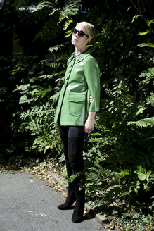 Woman wearing sunglasses and green vintage leather  jacket - FLLF00025