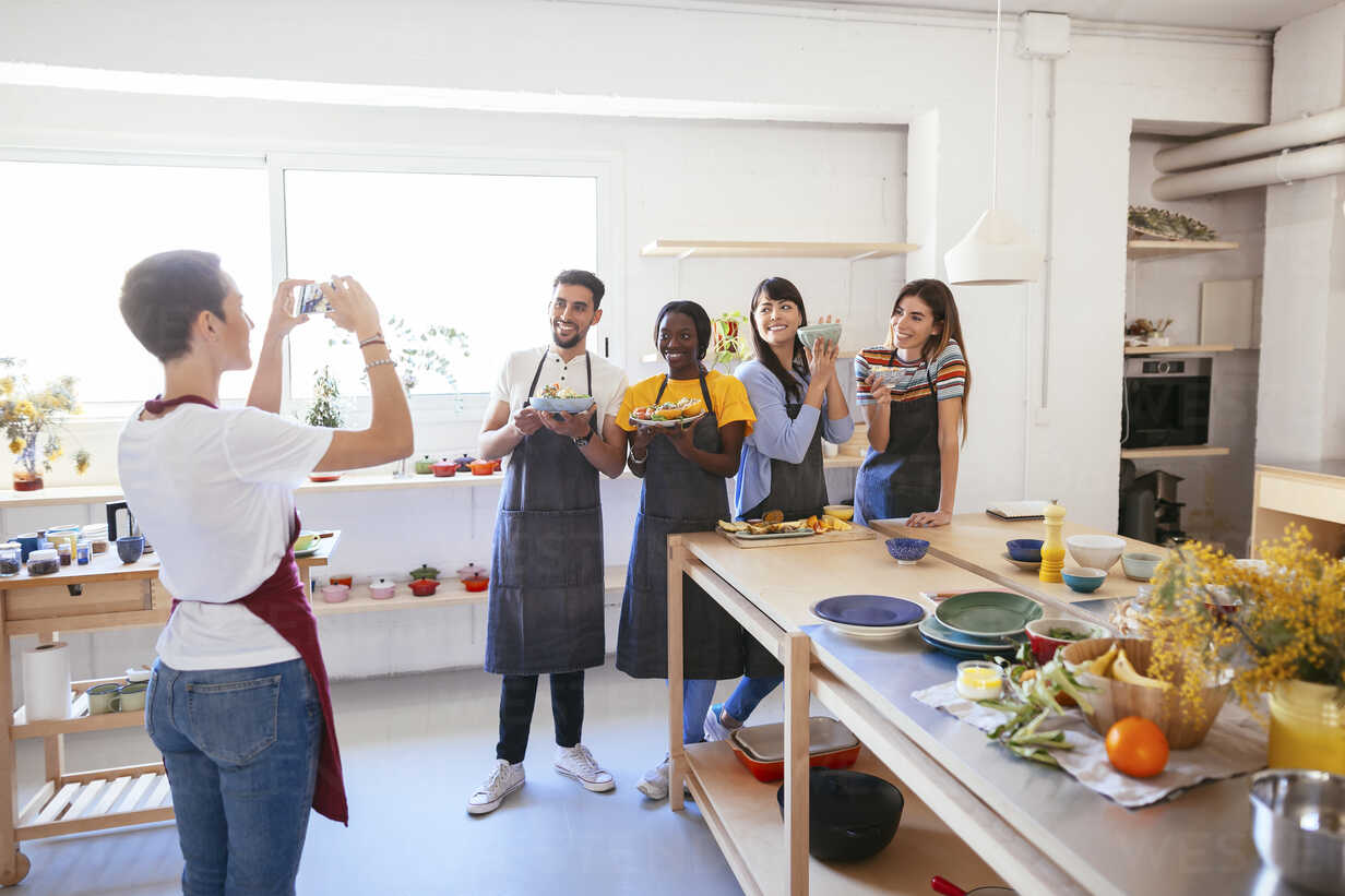 Instructor taking a picture of friends in a cooking workshop - EBSF02480 - Bonninstudio/Westend61