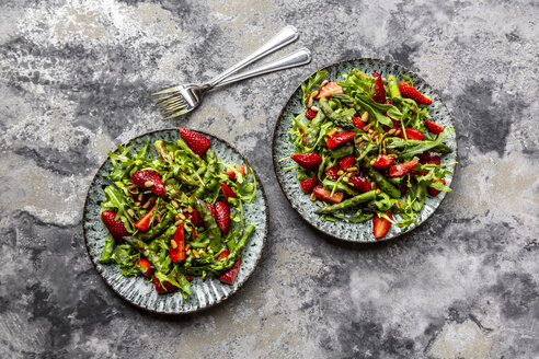 Salad of green asparagus, rocket, strawberries and pine nuts - SARF03711