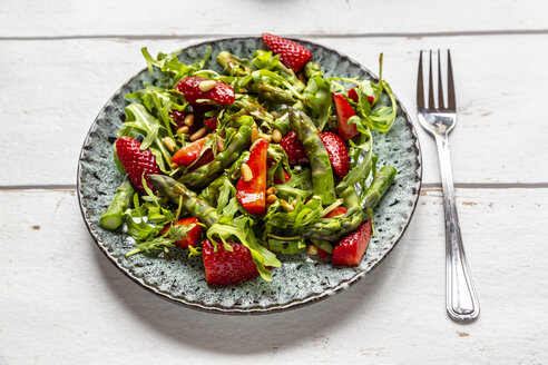 Salad of green asparagus, rocket, strawberries and pine nuts - SARF03714
