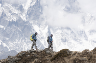 Nepal, Solo Khumbu, Everest, Mountaineer and sherpa walking in the mountains - ALRF01050
