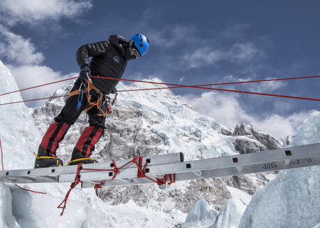 Nepal, Solo Khumbu, Everest, Mountaineer climbing on icefall - ALRF01056