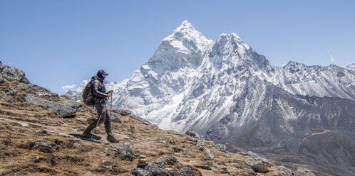 Nepal, Solo Khumbu, Everest, Mountaineer walking near Dingboche - ALRF01059