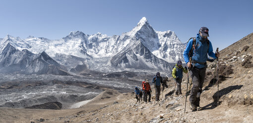 Nepal, Solo Khumbu, Everest, Group of mountaineers at Chukkung Ri - ALRF01077