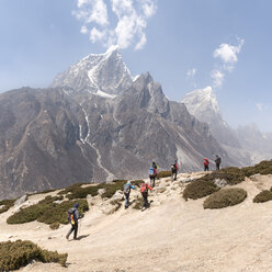 Nepal, Solo Khumbu, Everest, Group of mounaineers hiking at Dingboche - ALRF01086