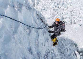 Nepal, Solo Khumbu, Everest, Mountaineers climbing on icefall - ALRF01113