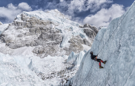 Nepal, Solo Khumbu, Everest, Mountaineers climbing on icefall - ALRF01116