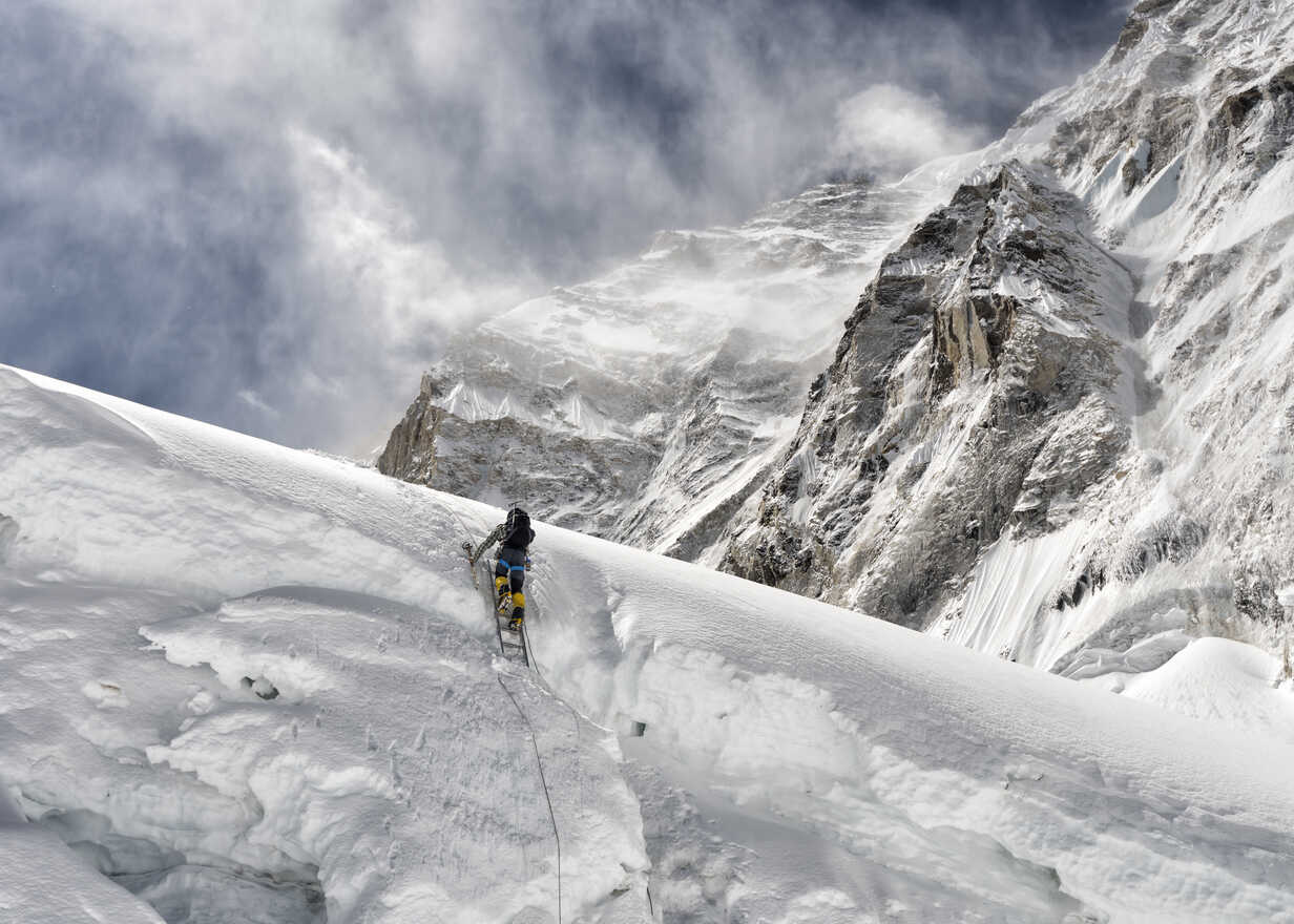 Nepal, Solo Khumbu, Everest, Mountaineer at Western Cwm - ALRF01140 - Alun Richardson/Westend61