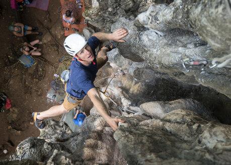 Thailand, Krabi, Railay Beach, man climbing in rock wall - ALRF01170