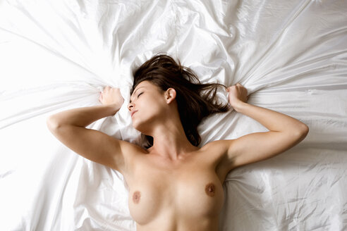 Nude woman laying on bed - CUF01124