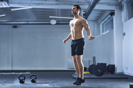 Athletic man skipping rope at gym - BSZF00327