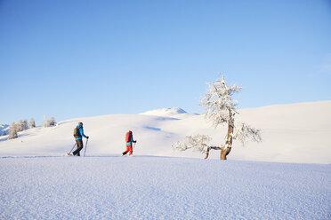 Austria, Tyrol, couple snowshoeing - CVF00411