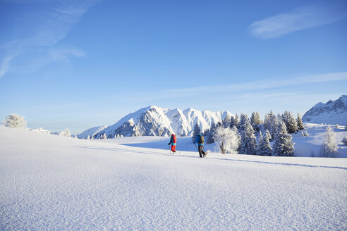 Austria, Tyrol, couple snowshoeing - CVF00414