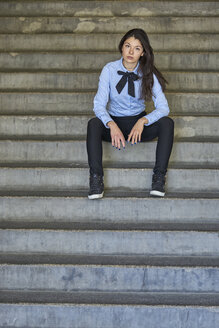 Portrait of fashionable young businesswoman sitting on stairs - BEF00028