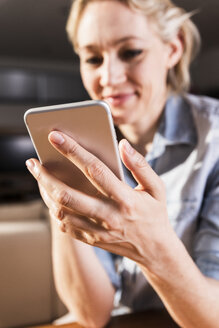 Woman using smartphone, close-up - UUF13573