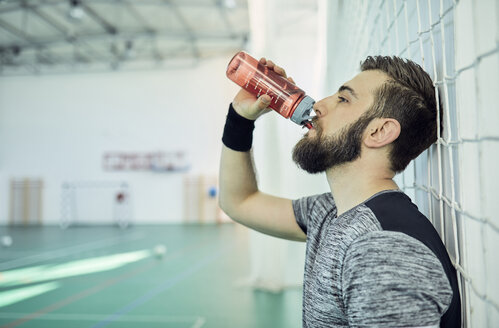 Basketball player drinking from plastic bottle - ZEDF01389
