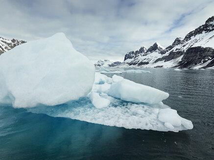 Norway, Spitsbergen, Prins Karls Forland, iceberg - CVF00444