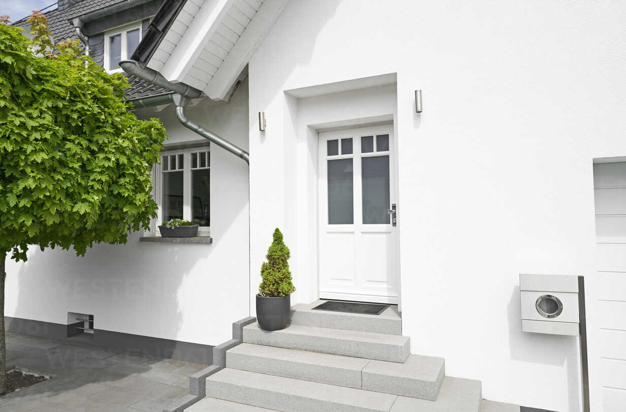 Germany, Cologne, entrance of white new built one-family house - PDF01629 - Philipp Dimitri/Westend61