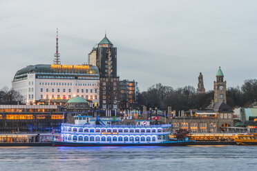 Germany, Hamburg, Bornsteinplatz, View over Elbe river to St. Pauli Landing Stages in the evening - KEB00818