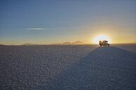 Recreational vehicle, travelling across salt flats, Salar de Uyuni, Uyuni, Oruro, Bolivia, South America - CUF02302