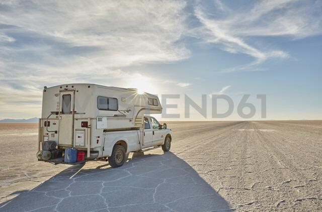 Recreational vehicle, travelling across salt flats, Salar de Uyuni, Uyuni, Oruro, Bolivia, South America - CUF02305