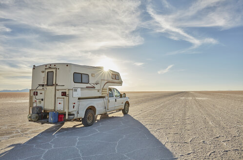 Recreational vehicle, travelling across salt flats, Salar de Uyuni, Uyuni, Oruro, Bolivia, South America - CUF02305