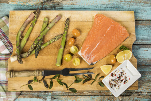 Row salmon and green asparagus - MAEF12584