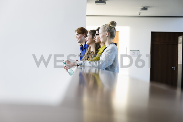 Women leaning on low wall - CUF02809 - suedhang/Westend61