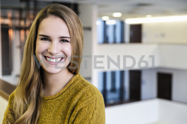 Portrait of happy young businesswoman in office atrium, head and shoulders - CUF02824 - suedhang/Westend61