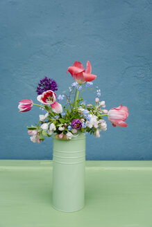 Vase with bouquet of flowers, leek blossom, forget-me-not, tulip - GISF00339