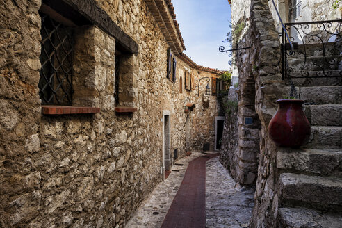 France, Provence-Alpes-Cote d'Azur,  Eze, medieval village, narrow alley and old stone houses - ABOF00348