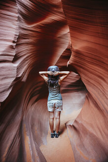 USA, Arizona, Woman with cowboy hat visiting Antelope Canyon - GEMF01962