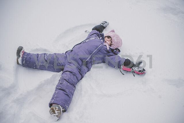 Young girl making snow angel in snow - ISF01392 - Jenn Austin-Driver (Photography)/Westend61